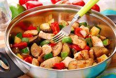 Wanne mit gebratenem Huhn und Gemüse stockfotos