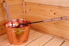 Wanne mit Wasser in der Sauna Stockfoto