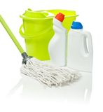 Wanne und Mopp mit Reinigungsmitteln Stockfotos