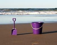 Wanne und Spaten auf Strand Stockfotografie