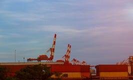 Wanneer de containerterminal bij het werkkranen en vorkheftruck royalty-vrije stock afbeeldingen