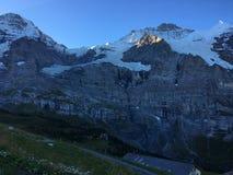 Wanneer de zon de schoonheid van Alpen bij de dageraad wekt stock foto's