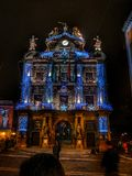 Wanneer de zon in de lichten langzaam verdwijnt kom Het stadhuis van Pamplona uit stock fotografie