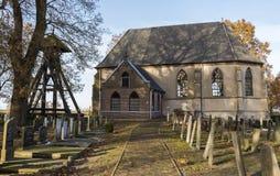 教会和坟园在Wanneperveen 免版税图库摄影