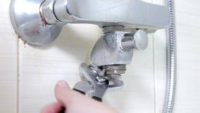 Wanny faucet reparing, dociskający dokrętki na nowym wężu elastycznym zamiast przeciekającego prysznic węża elastycznego, pionują zbiory wideo