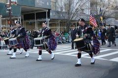 Wantagh美国退伍军人协会前进在圣帕特里克` s天游行的管子带在纽约 库存照片