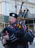 Wantagh美国退伍军人协会前进在圣帕特里克` s天游行的管子带在纽约 免版税库存图片