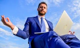 Wantowa pozytywna odpowiedź klient Biznesmena formalny kostium z laptopem medytuje outdoors Praca online być rozzłościć może zdjęcie stock