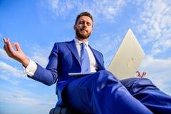 Wantowa pozytywna odpowiedź klient Przedsiębiorcy znaleziska minuta relaksuje i medytuje Biznesmena formalny kostium z laptopem fotografia royalty free
