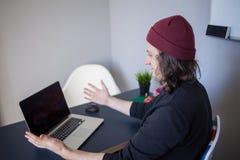 Wanzen und Fehler in der Entwicklung Ein junger Programmierer an dem Arbeitsplatz hat Probleme bei der Arbeit lizenzfreie stockbilder