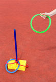 Wapen die gekleurde ringen werpen rond pool Royalty-vrije Stock Fotografie