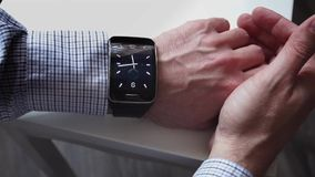 Wapen van een mens met een slim horloge stock footage