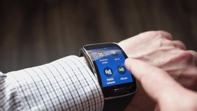 Wapen van een mens met een slim horloge stock videobeelden