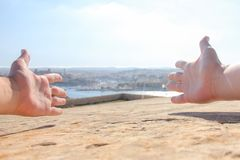 Wapens als welkom teken op Valletta-landschapsachtergrond die uit worden uitgespreid stock foto's