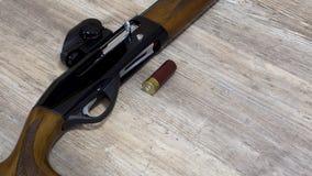 Wapens en munitie voor de jacht stock afbeeldingen