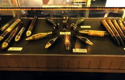 Wapens in het Museum van Oorlogsresten in Saigon, Vietnam worden tentoongesteld dat Stock Afbeeldingen