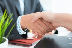 Wapens van zakenman en vrouwen het schudden handen zoals hello in bureauclose-up Het vriendenonthaal, inleiding, begroet of dank royalty-vrije stock fotografie