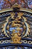 Wapenschild als decoratie van de poort van een paleis in Londen stock afbeeldingen