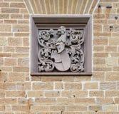 Wapenschild op de muur van Hohenzollern-Kasteel in Duitsland stock fotografie