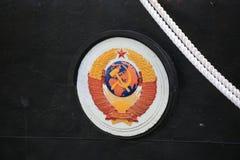 Wapenschild van de Sovjetunie op een zwarte achtersteven van schip dichte omhooggaand stock afbeelding
