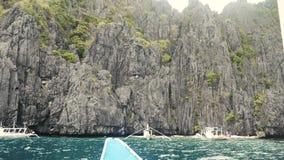 Wapień falezy zbliżają dużą lagunę w Philippines