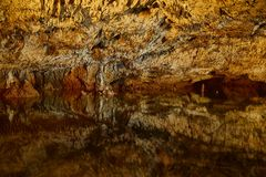 Wapień jama z jeziorem zdjęcia royalty free
