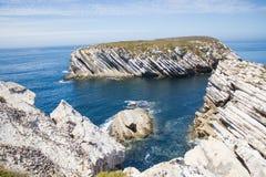 Wapiennicze rockowe formacje w Atlantyckim oceanie w dalekiej północy Baleal cieśń, Peniche, Portugalia Fotografia Stock