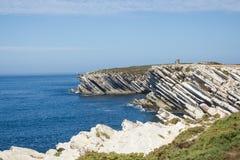 Wapiennicze rockowe formacje w Atlantyckim oceanie w dalekiej północy Baleal cieśń, Peniche, w Portugue westernu wybrzeżu Obrazy Stock