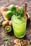 Wapni cytrusa, imbiru i kiwi lata smoothie z tonami odżywki, zdjęcie stock