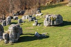 Wapni monolity - kras erozji formacje Lessinia Włochy zdjęcie royalty free