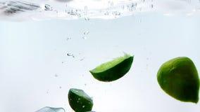 Wapni pluśnięcie spada puszek w białego koktajl, nawadnia pić szkło i, strzał w zwolnionym tempie na bielu zbiory wideo