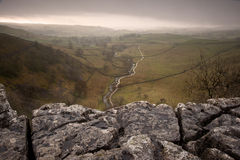 Wapnia bruk przegapia Malham Beck i dolina w Yorkshire Obraz Royalty Free