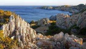 Wapnia massiv Karpathos - linia brzegowa - obrazy royalty free