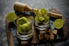 Wapno Caipirinha Brazylia przygotowania proces, cutted wapno w szkłach Cukier i wapno na tnącej desce Fotografia Stock