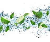 Wapno i chełbotania woda Fotografia Stock