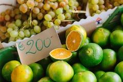 Wapno i winogrona w włoszczyzna rynku Zdjęcia Stock