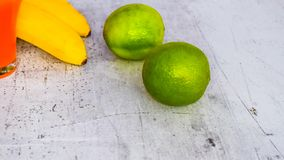 Wapno w połączeniu z napojami i innymi owoc fotografia stock