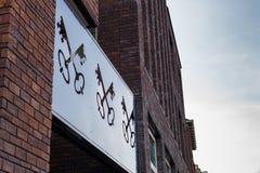 Wappen der Stadt Leiden, die Niederlande Zwei kreuzten Schlüssellöcher in der Reihe auf Gebäude, Winkelsicht gegen Himmel stockfotografie