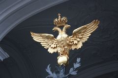 Wappen mit zwei-k?pfigem Adler und Krone auf dem Tor in Petersburg lizenzfreie stockbilder