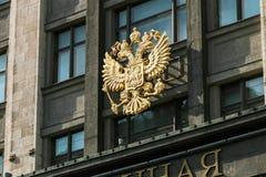 Wappen von Russland auf dem Fassadengebäude der Staatsduma Lizenzfreie Stockfotografie