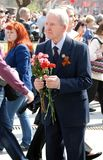A war veteran holding flowers. Royalty Free Stock Photos