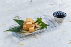 Warabimochi ist ein Gelee ähnlicher Konfektionsartikel, der von der Adlerfarnstärke gemacht wird und in kinako süßes geröstetes S Stockfotografie