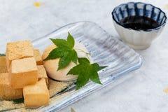 Warabimochi ist ein Gelee ähnlicher Konfektionsartikel, der von der Adlerfarnstärke gemacht wird und in kinako süßes geröstetes S Stockbilder