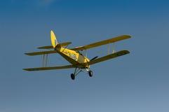 Warbirds - gelbe Tiger-Motte im Flug Lizenzfreie Stockfotografie
