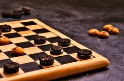 Warcaby gra używać ciastko jak układy scalonych zdjęcie royalty free