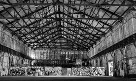 Warehouse abandonado en blanco y negro Fotografía de archivo