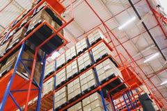 Warehouse adresslagring av gods och material på hyllor i stora kartonger Royaltyfri Foto