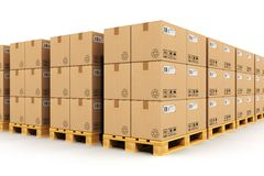 Warehouse con las cajas del cardbaord en las plataformas del envío Imagenes de archivo