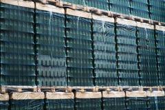 Warehouse con las cajas llenas de botellas de cristal vacías Foto de archivo libre de regalías