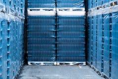 Warehouse con las cajas llenas de botellas de cristal vacías Imagen de archivo libre de regalías